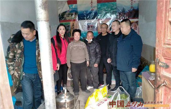 五台山志愿者协会等有关单位负责人慰问台怀街脱贫户